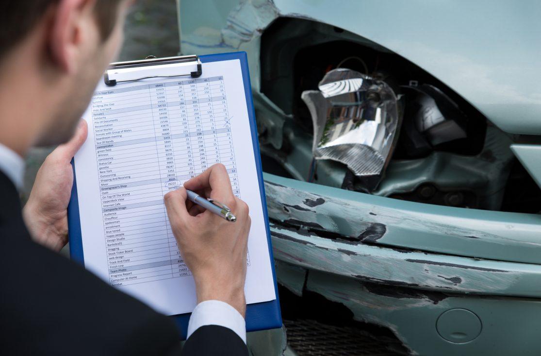 Undersøker bil etter en ulykke